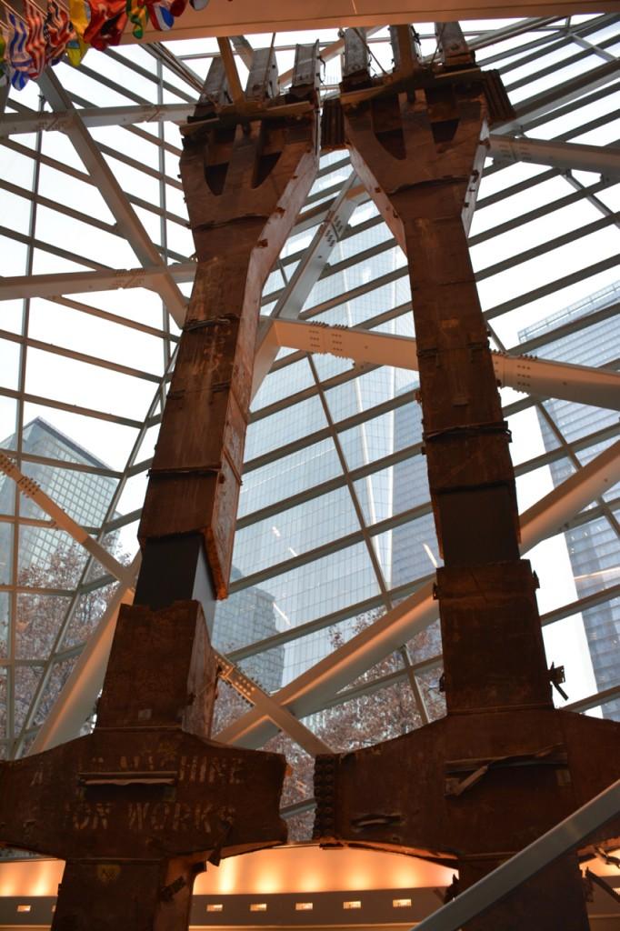 Die beiden fast 20 Meter hohen Stahlträger ragen bis an die Decke der Eingangshalle und erzeugen ein bereits hier ein beklemmendes Gefühl, das sich in den unterirdischen Gemäuern des Museums weiter fortsetzt.