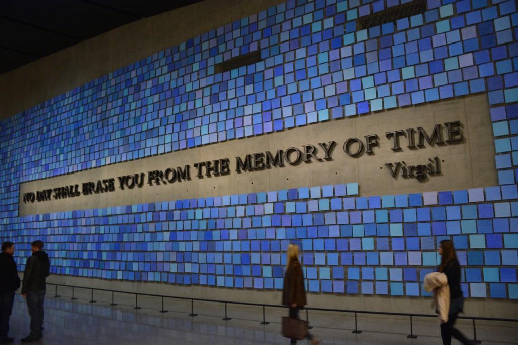 Die quadratischen Kacheln symbolisieren die Farben des Himmels an jenem Septembermorgen - eine für jedes Opfer. Sie sind handgemalt, in unterschiedlichen Schattierungen.