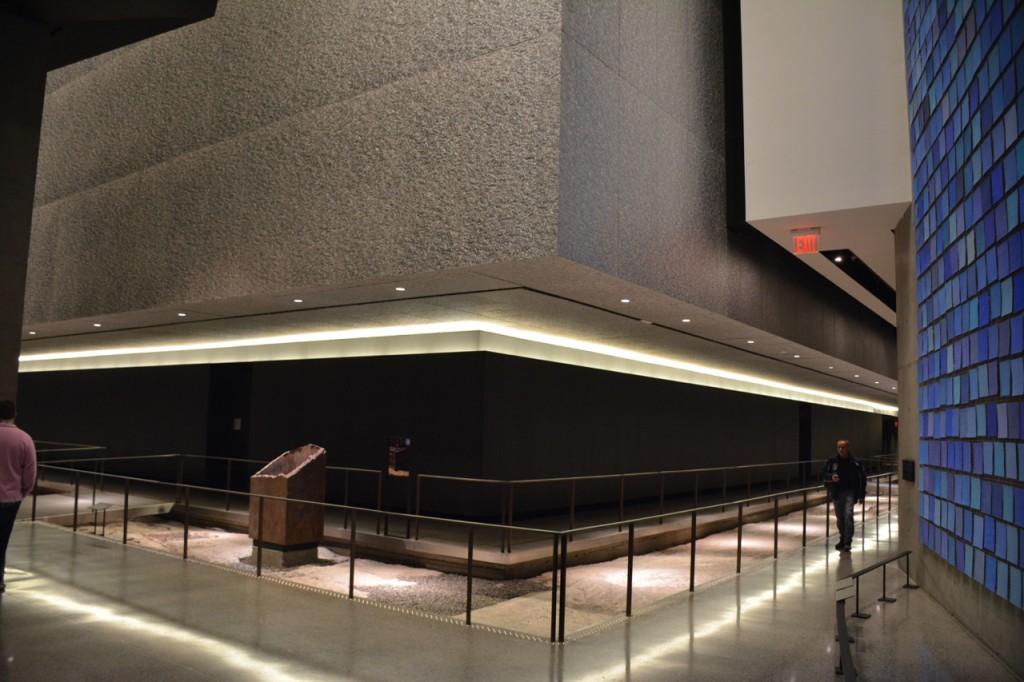Die beiden Ausstellungshallen sind genau unter den Reflexionsbecken. Die eine erzählt die Geschichte von 9/11 (historical exhibition), die andere gedenkt der Opfer (memory exhibition).