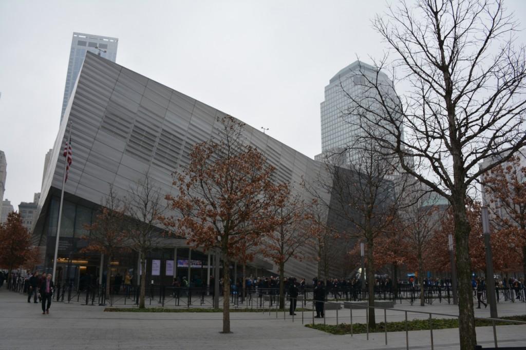 Der Eingangspavillon des Museums. Seine Architektur erinnert an einen eingestürzten Turm.
