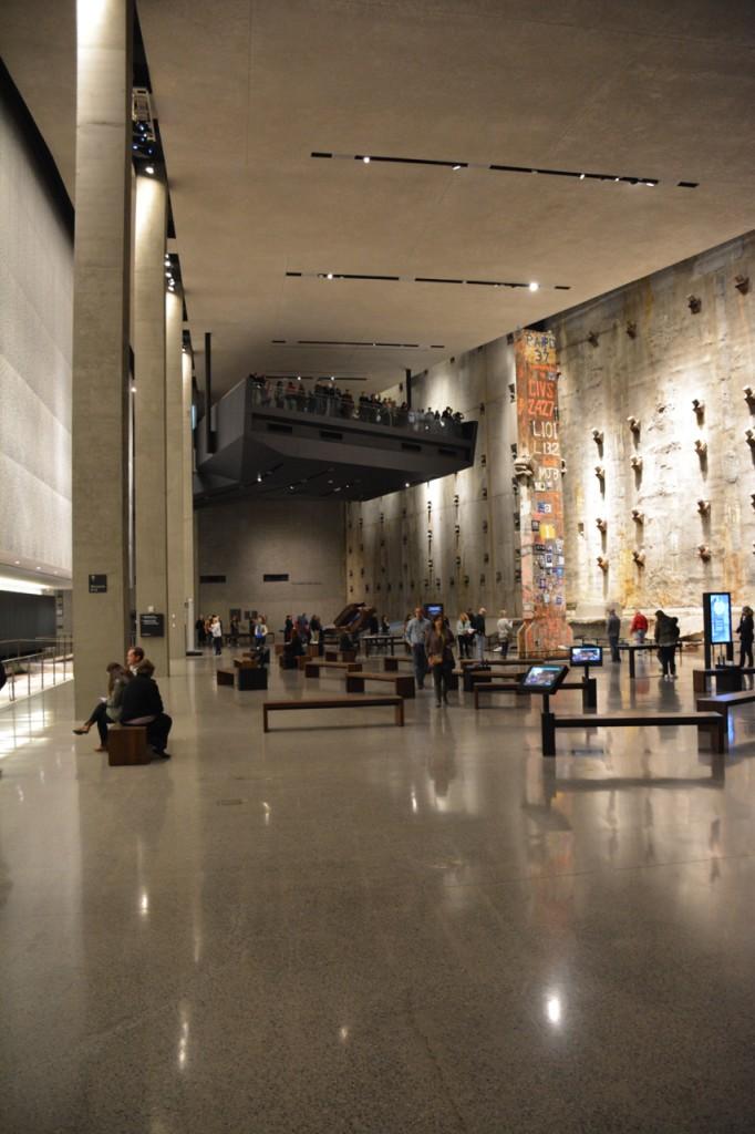 """Rechts die original erhaltene """"slurry wall"""" (Schlitzwand) des damaligen WTC."""