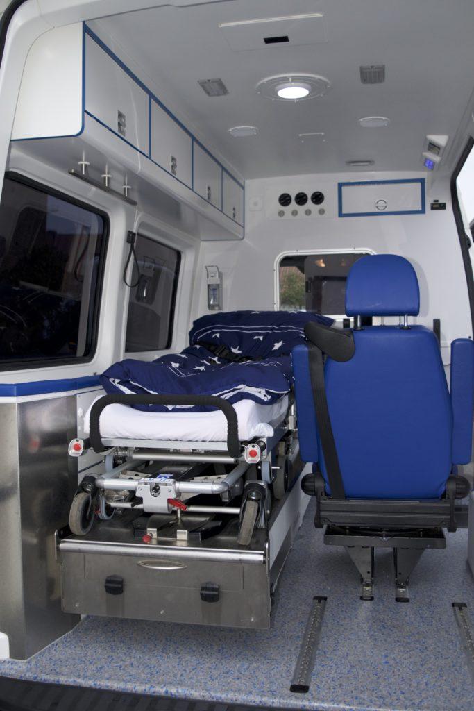 Im Wageninnenraum des Wünschewagens sind die medizinischen Geräte für den Fahrgast nicht sichtbar.