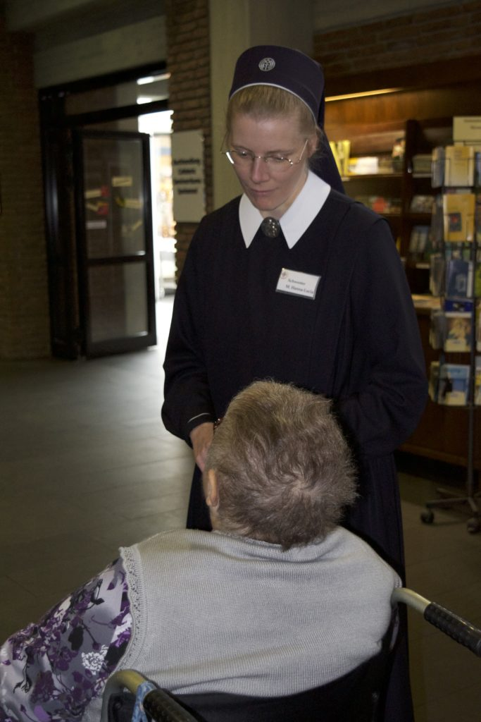 Schwester Hanna Luzia nimmt Rita Lohe in Empfang.
